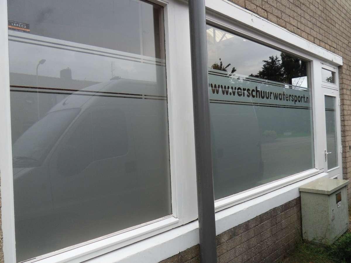 Raamfolie logo tekst buitenkant windowdeco - Ontwerp buitenkant ontwerp ...