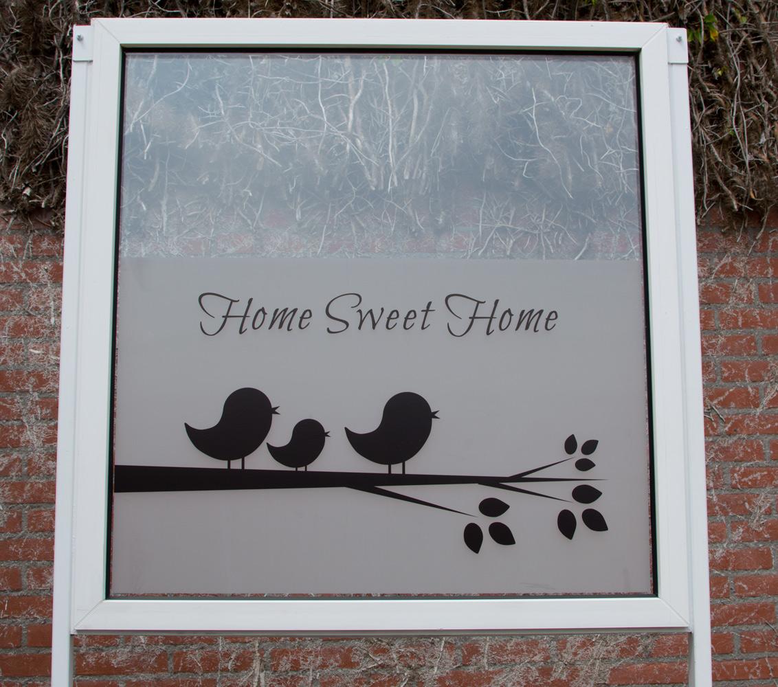 Raamfolie met vogels op tak. Home Sweet Home.