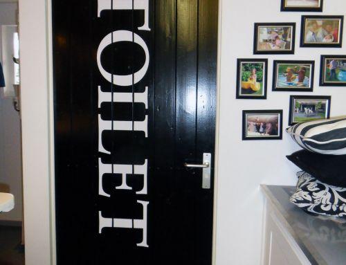 Plakletters, deur